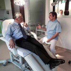 Arzt bei der Haartransplantation nahe Wien